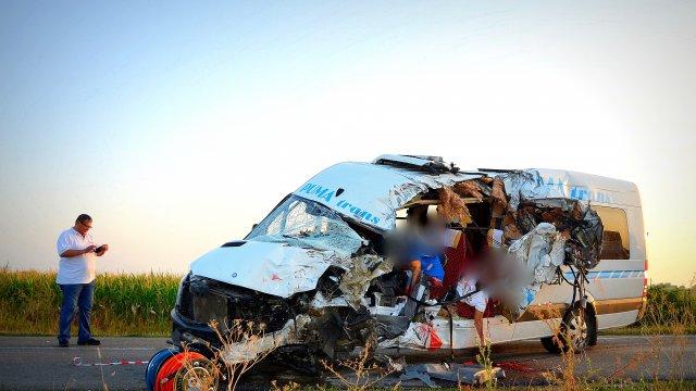 Accident cu doi morți și zece răniți lângă Sântana