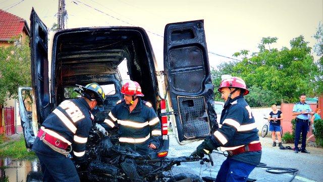 Microbuz Mercedes incendiat dinăuntru de către o motocicletă BMW (Foto & Video)